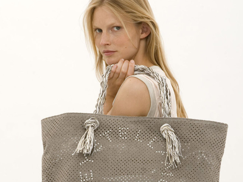 Z materiałów naturalnych wykonuje się odzież czy akcesoria takie jak torby  /materiały prasowe