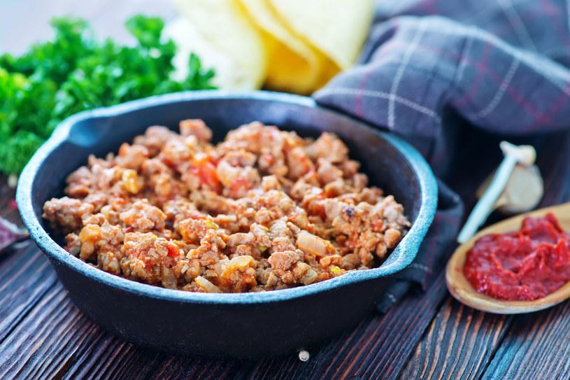 Z mielonego mięsa możesz przygotować meksykański torcik /123RF/PICSEL