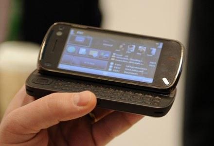 Z miesiąca na miesiąc przybywa na rynku multimedialnych telefonów komórkowych /AFP