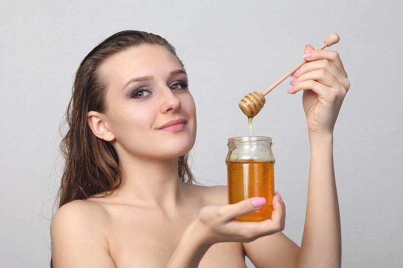 Z miodu można zrobić genialne maseczki nawilżające do włosów /123RF/PICSEL