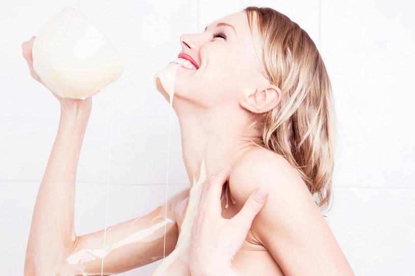 Z mleka można przygotować cały arsenał znakomitych domowych kosmetyków /123RF/PICSEL