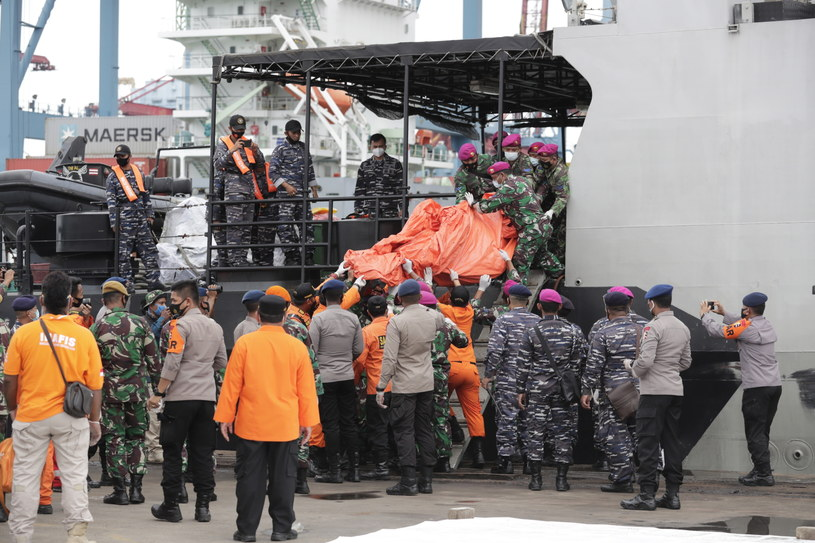 Z morza wyłowiono szczątki ofiar /Mast Irham /PAP/EPA