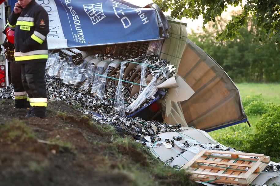 Z naczepy ciężarówki spadły setki puszek na piwo /Fot. Stalowka.NET / Jacek Rodecki /