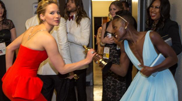 Z nią nigdy nie jest nudno: Jennifer Lawrence próbuje wydrzeć Oscara Lupicie Nyong'o /Getty Images/Flash Press Media