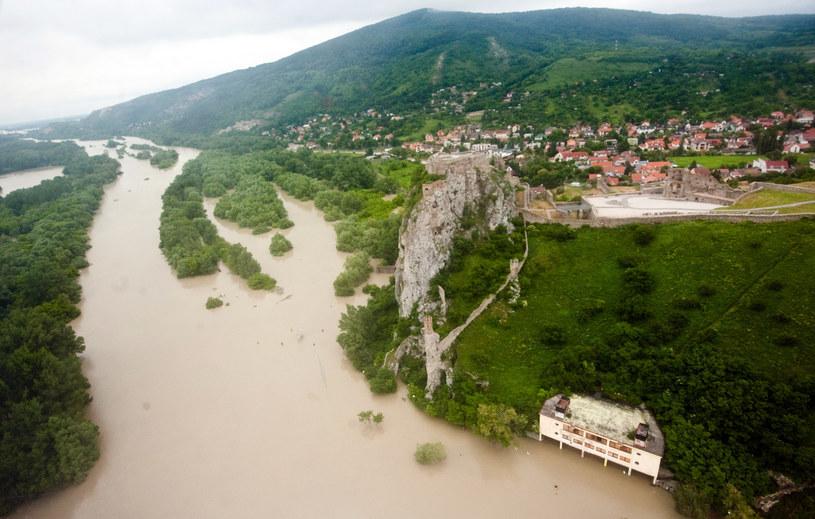 Z niepokojem przyglądają się Dunajowi /AFP