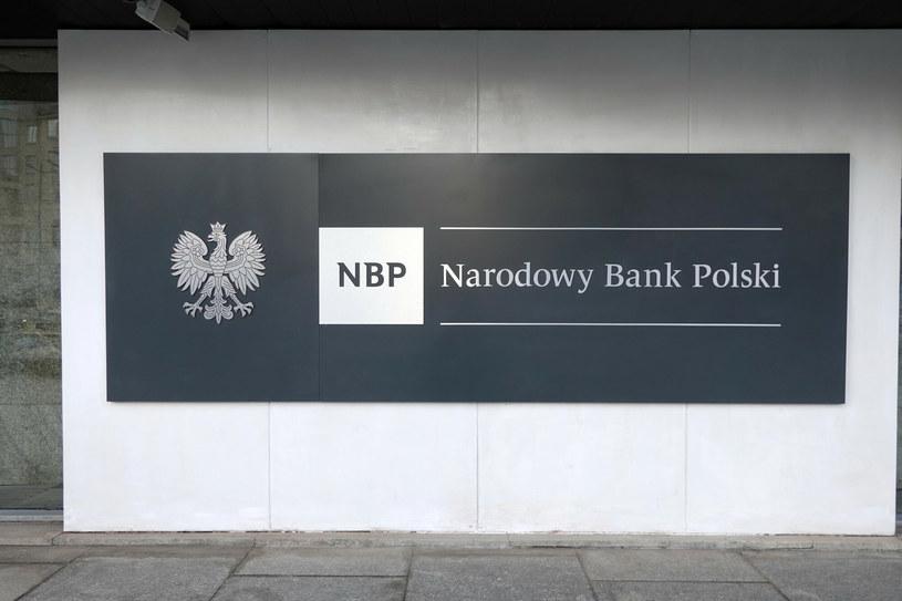 Z nowego komunikatu NBP wynika, że pod koniec zeszłego roku zapasy twardej waluty szybko rosły i osiągnęły rekordowy poziom ponad 154 mld dolarów /Wojtek Laski /East News