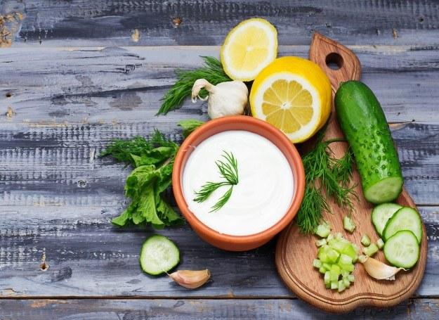 Z ogórków przygotujesz pyszny jogurtowy sos /123RF/PICSEL