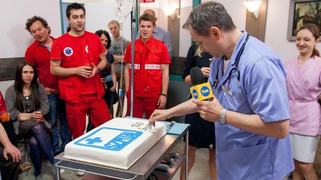 """Z okazji 100. odcinka serialu na salę wjechał wyjątkowy """"pacjent"""" – tort! /TVN"""