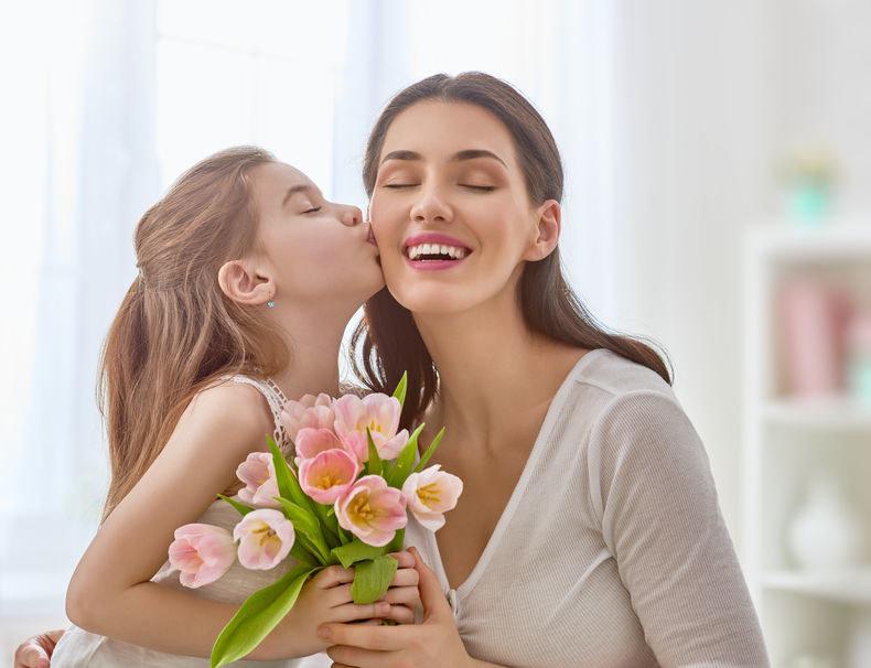 Z okazji Dnia Matki możemy wyrazić wdzięczność mamie /123RF/PICSEL