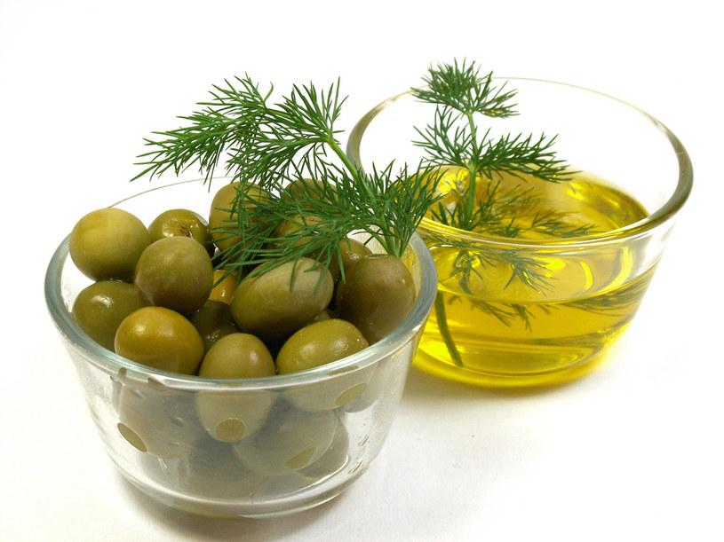Z oliwy z oliwek zrobisz silnie natłuszczający okład na szyję  /© Bauer