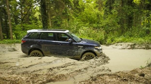 """Z opcjonalnym pakietem """"Off Road"""" (obejmuje skrzynię redukcyjną) auto doskonale radzi sobie nawet w bardzo trudnym terenie. /Land Rover"""