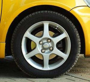 Z oryginalnych 15-calowych alufelg często schodzi lakier. (kliknij, żeby powiększyć) /Motor