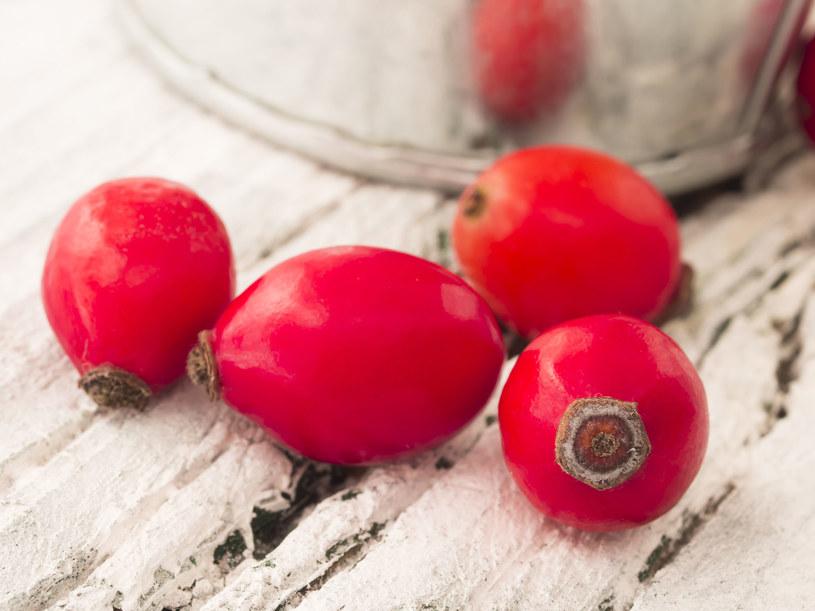 Z owoców dzikiej róży zrobisz naturalny tonik różany /123RF/PICSEL