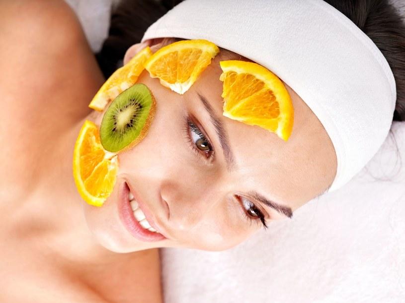 Z owoców możesz też zrobić peeling dodając do nich płatki owsiane /123RF/PICSEL
