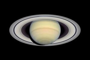 Z pierścieni Saturna pada deszcz