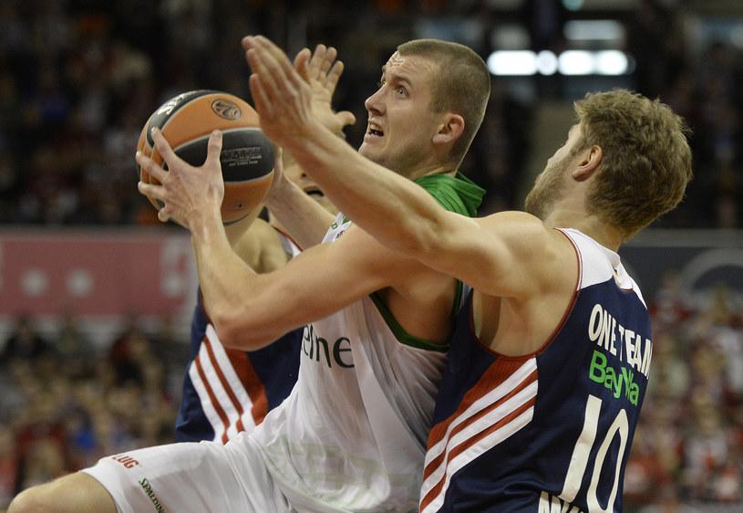 Z piłką Przemysław Zamojski, koszykarz Stelmetu /AFP