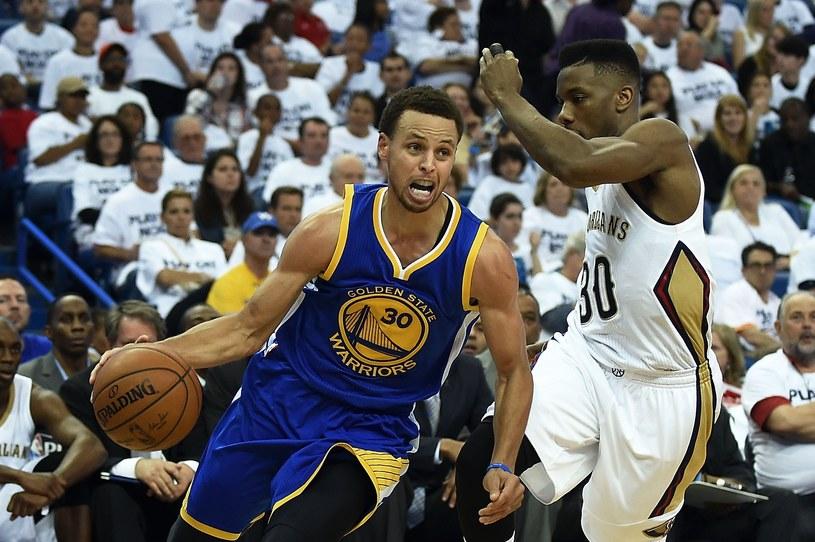 Z piłką Stephen Curry. Próbuje go zatrzymać Norris Cole /AFP