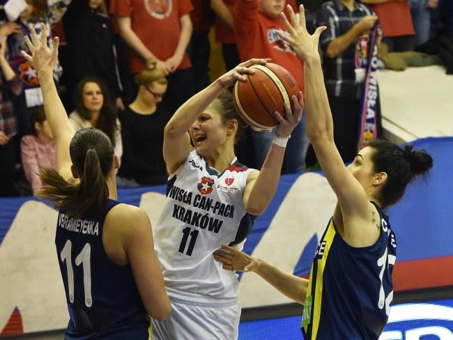 Z piłką zawodniczka Wisły Can-Pack Kraków Agnieszka Szott-Hejmej /Jacek Bednarczyk /PAP