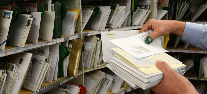 Z początkiem maja kończy się era wysyłania listów poleconych ze znaczkami /AFP