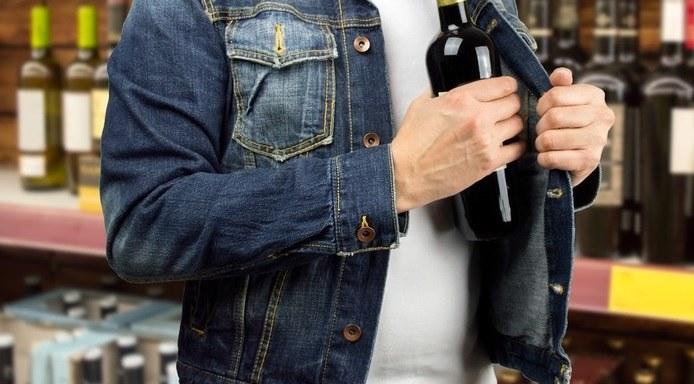 Z półek znika głównie drogi alkohol... /123RF/PICSEL