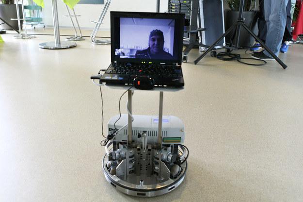 """Z pomocą takiego robota osoba przykuta do łóżka może """"poruszać się"""" i kontaktować z innymi. Fot. Alain Herzog /EPFL /RMF24"""
