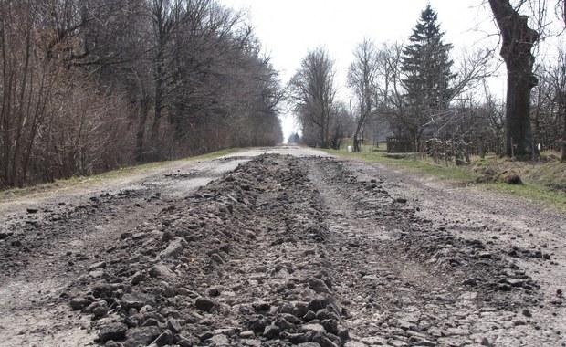 Z powodu dziur w drodze dzieci nie chodzą do szkoły
