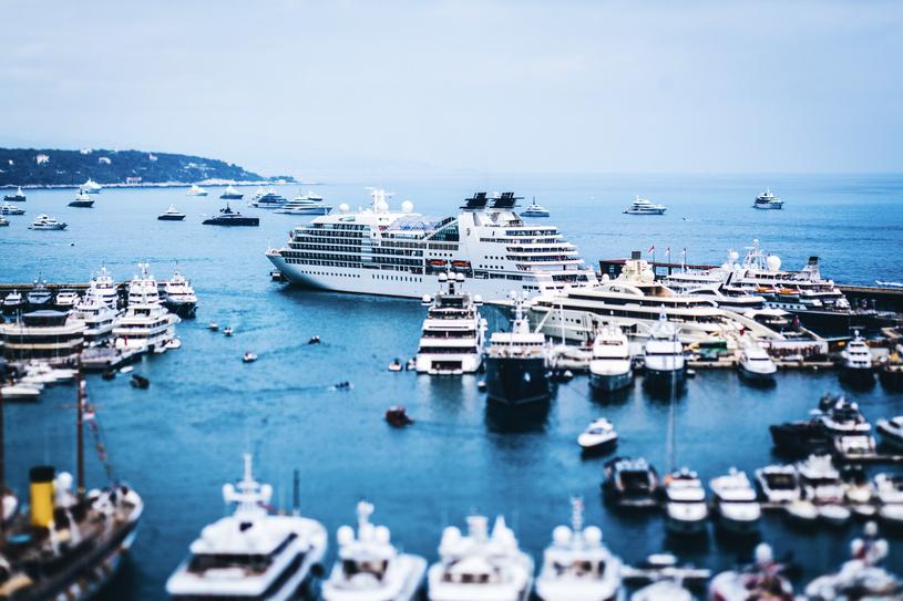Z powodu ograniczonej ilości miejsca, nie wszyscy mogą zacumować swoje łodzie w samym porcie podczas GP Monako /INTERIA.PL