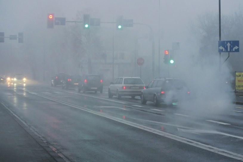 Z powodu smogu w czwartek bezpłatna komunikacja dla kierowców /Tomasz Kawka /East News