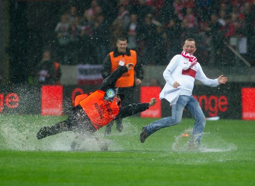 Z powodu zaniedbań organizacyjnych we wtorek na murawie biegał jedynie niesforny kibic /Paweł Skraba /Reporter