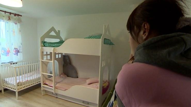 Z powodu złych warunków mieszkaniowych i niezaradności matki, sąd umieścił dzieci na rok w pogotowiu rodzinnym /Polsat News