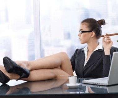Z pozycji władzy. Dlaczego kobiety rzadko awansują, a szefowe kąsają podwładne