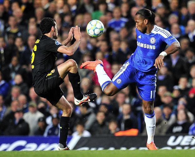 0b49b25ee Z prawej bohater Chelsea - Didier Drogba w pojedynku z Sergio Busquetsem  /AFP
