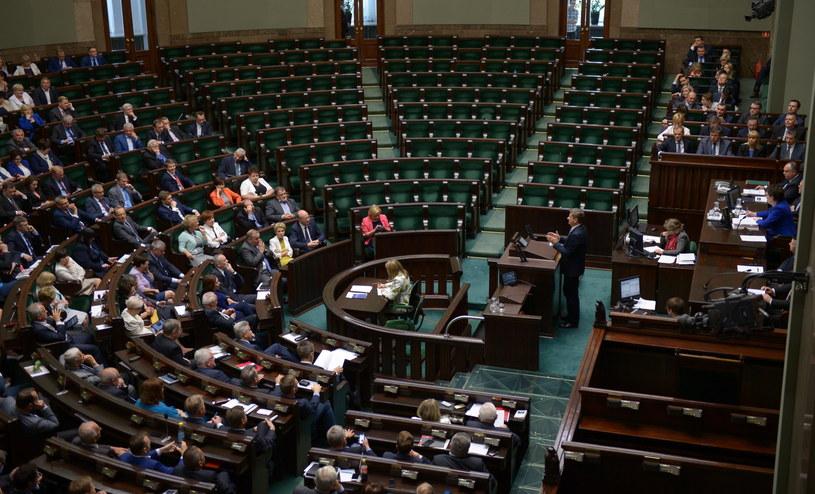 Z prawej widoczne puste ławy poselskie PiS podczas wystąpienia Janusza Palikota /Radek Pietruszka /PAP