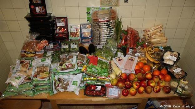 Z prawnego punktu widzenia zbieranie wyrzuconej do pojemników żywności jest na granicy legalności /Deutsche Welle