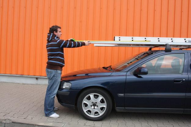 Z przodu ładunek nie może być wysunięty więcej niż 1,5 m, licząc od siedzenia kierowcy. /Motor
