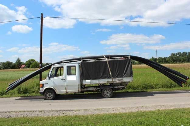 Z przodu ładunek nie może wystawać więcej niż pół metra, a z tyłu dwa  metry /Policja