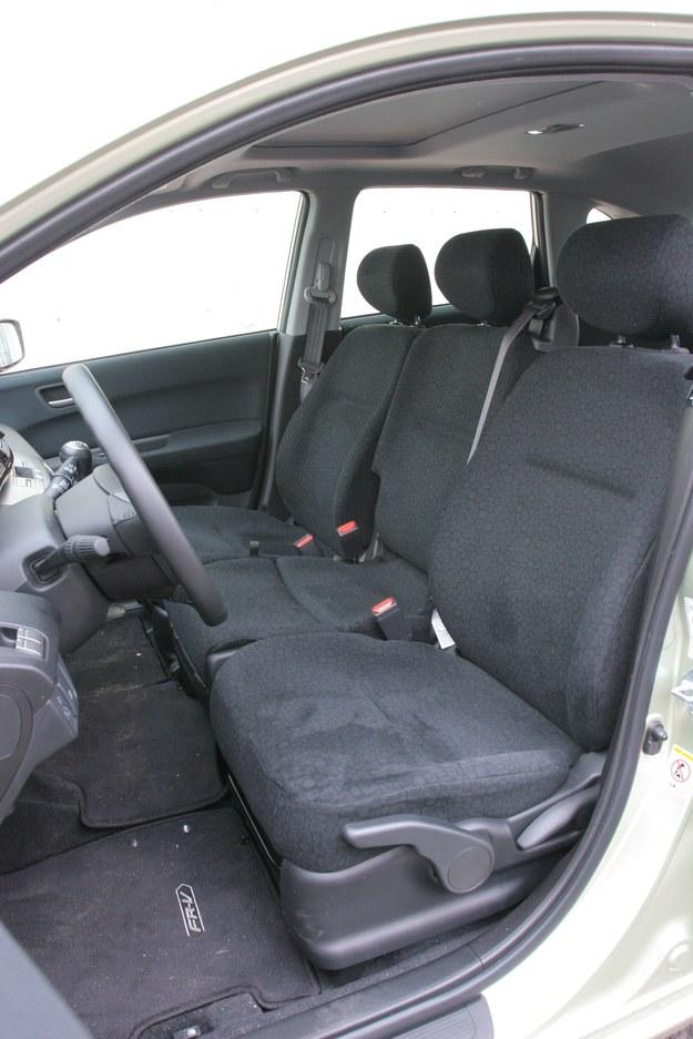 Z przodu trzem osobom będzie niewygodnie, środkowy fotel jest za wąski. /Motor