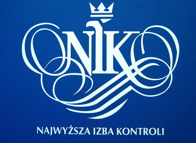 Z raportu NIK wynika m.in., że urzędnicy nierzetelnie prowadzą postępowania /Darek Redos /East News