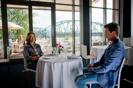 Z restauracji, w której umówili się Alicja (Magdalena Różczka) i Bartek (Michał Czerenecki) rozciąga się piękny widok na panoramę Torunia. /Piotr Litwic /TVN