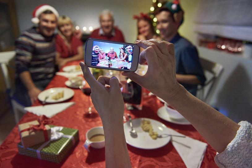 Z rodziną najlepiej wychodzi się na zdjęciu? Nie pozwól, by kłótnia zniszczyła świąteczną atmosferę! /123RF/PICSEL