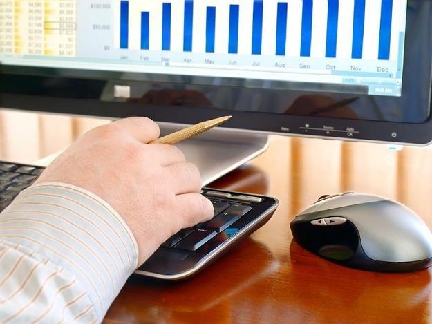 Z roku na roku coraz więcej podatników przez internet rozlicza też roczny podatek dochodowy /©123RF/PICSEL