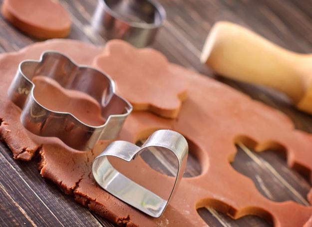 Z rozwałkowanego ciastka wytnij ciastka za pomocą foremek /123RF/PICSEL