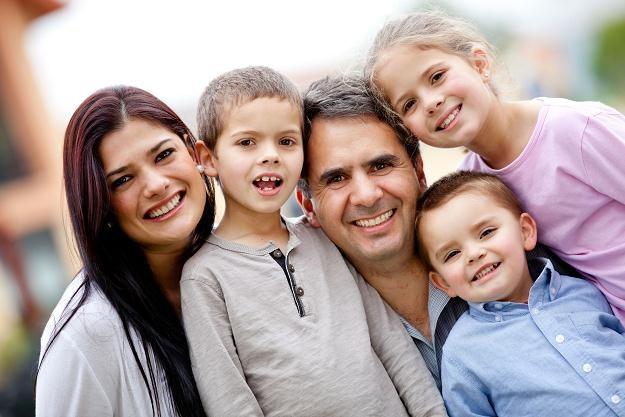 Z rządowego wsparcia mogą korzystać rodziny z przynajmniej trójką dzieci /©123RF/PICSEL