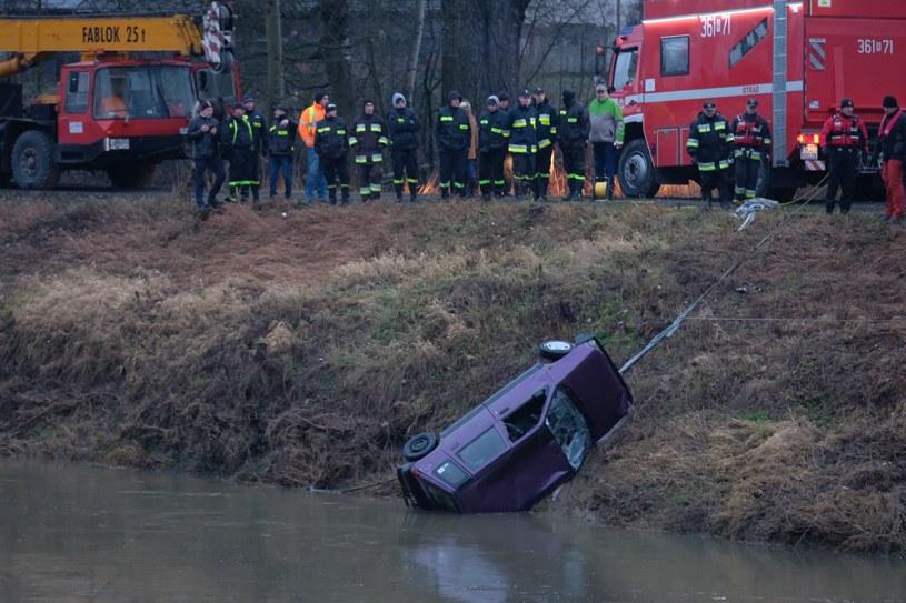Z rzeki wydobyto samochód z pięcioma ciałami /Łukasz Solski /East News