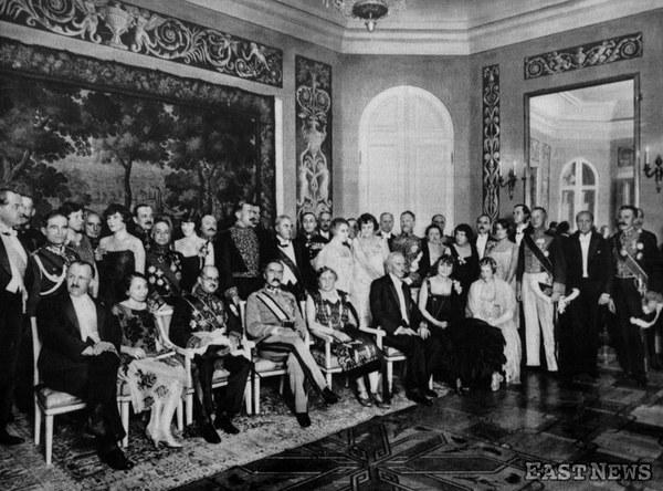 Raut na Zamku Królewskim w Warszawie w 8. rocznicę Odrodzenia Polski, listopad 1926, n/z prezydent Ignacy Mościcki (siedzi trzeci z prawej) obok pierwszej żony, Michaliny