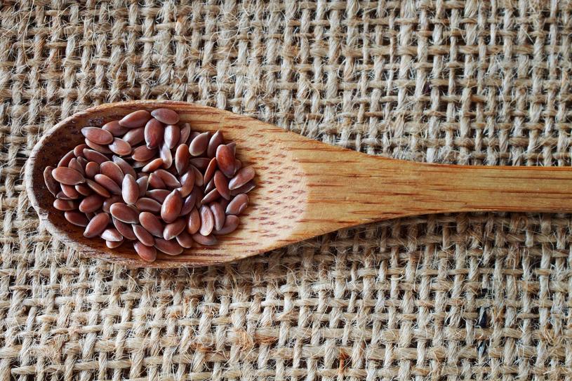 Z siemienia lnianego przygotujesz świetny opatrunek /123RF/PICSEL
