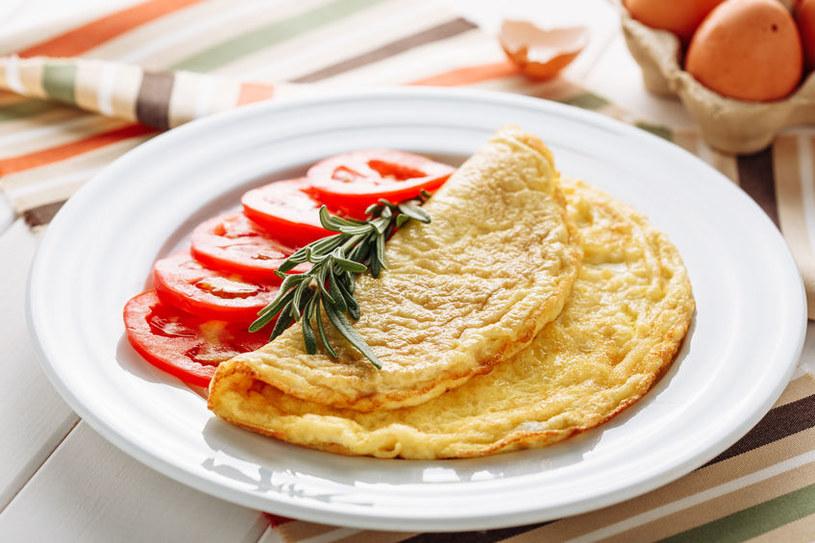Z tą metodą omlet wyjdzie perfekcyjnie /123RF/PICSEL