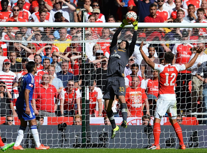 Z taką grą Petr Czech szybko wkupi się w łaski fanów Arsenalu. Czeski bramkarz ratował swoich kolegów w wielu sytuacjach niedzielnego meczu /AFP