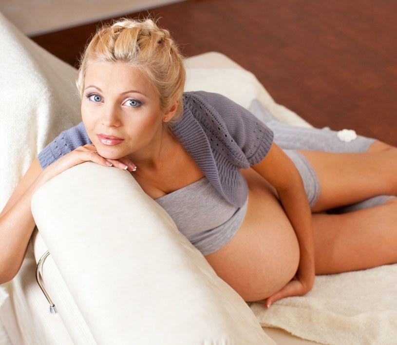 Z tygodnia na tydzień zmienia się ciało kobiety w ciąży /123RF/PICSEL