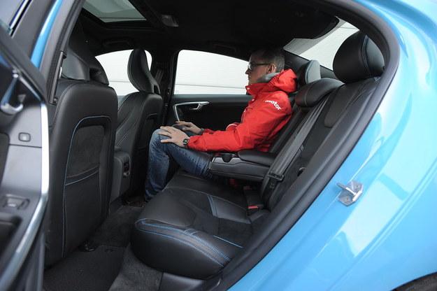 Z tyłu jest dość ciasno – podobną ilość miejsca zapewniają auta kompaktowe. /Motor